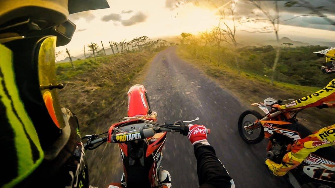 camera posée sur une motocross