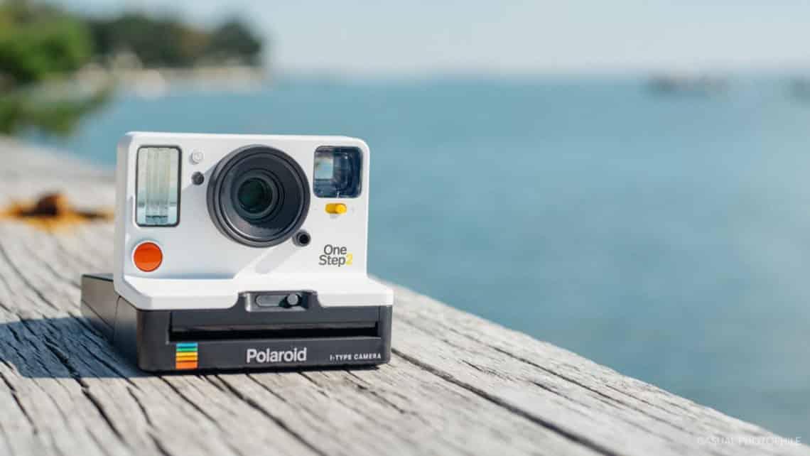 ceb956cc8b09ce Très amusant lors des soirées, le petit miroir à l avant de l appareil  photo permet d obtenir facilement un selfie Polaroid.